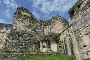 Parte de una muralla de la fortaleza de Anacopia con un nublado cielo azul en New Athos, Abjasia foto