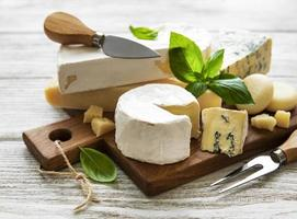 Surtido de quesos en una tabla de madera foto