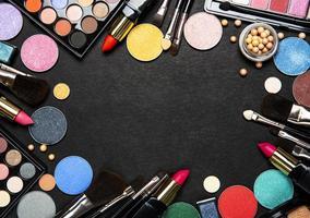 marco de maquillaje sobre un fondo oscuro foto