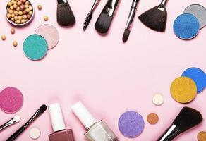 marco de maquillaje sobre un fondo rosa foto