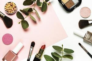 cosméticos sobre un fondo blanco y rosa. foto