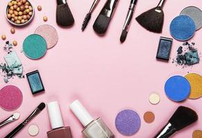 marco de cosméticos sobre un fondo rosa foto