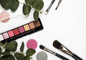 cosméticos con hojas verdes. foto