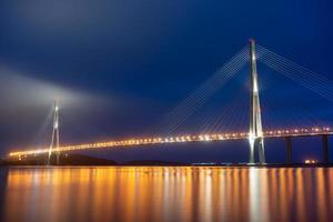 Puente russky en la noche en Vladivostok, Rusia foto