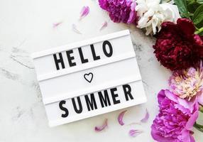 hola texto de verano y peonías foto