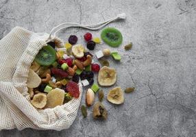 Diferentes frutos secos y nueces en una bolsa ecológica. foto
