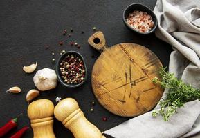 utensilios de cocina, tabla de cortar y especias foto