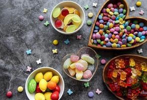 Vista superior de dulces sobre un fondo oscuro foto