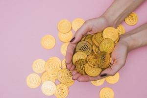 una palma de la mano sostiene algunas monedas foto