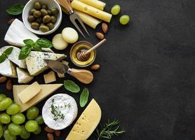 Vista superior de queso, uvas, miel y bocadillos. foto