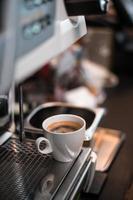 mañana de café negro en una cafetera foto
