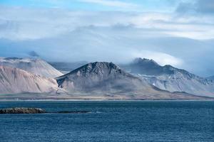picos montañosos en la costa oeste de islandia foto