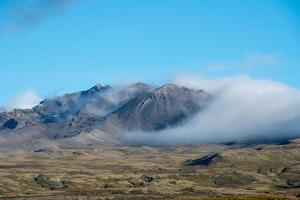 picos montañosos rodeados de nubes blancas foto
