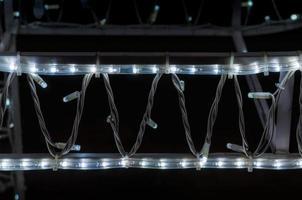 Patrón de fondo abstracto pequeñas lámparas sobre fondo negro de cerca foto