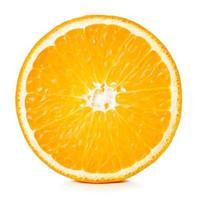 Vista cercana de la mitad de una naranja madura aislado sobre fondo blanco. foto