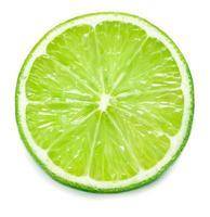 Una sola rodaja de limón aislado sobre fondo blanco. foto