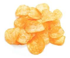 Montón de patatas fritas frescas aislado sobre fondo blanco. foto