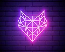 Resumen triángulo poligonal animal zorro letrero de neón. animal inconformista. icono de cabeza de zorro vector rosa aislado en pared de ladrillo