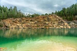 Cantera de piedra caliza con agua verde esmeralda foto