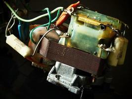 Antiguo transformador de electricidad con otros componentes. foto