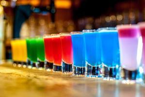 coloridos cócteles en un soporte de bar foto
