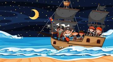 Escena de playa por la noche con niños piratas en el barco. vector