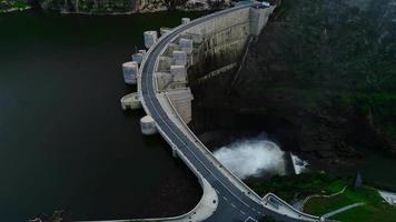 caméra drone tourne au-dessus d'un réservoir en face d'un barrage video
