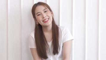 jovem asiática feliz contra um fundo branco video