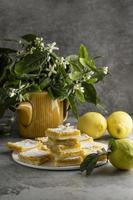 cuadrados de limón sobre fondo gris foto