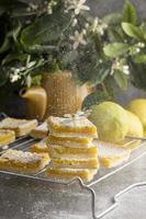 cuadritos de limón con azúcar glass foto