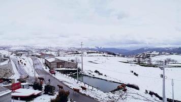 imágenes aéreas de un pueblo nevado video