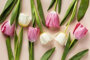 tulipanes de vista superior en la mesa foto