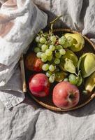 arreglo de golosinas de picnic en una manta foto