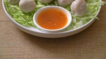 bolinhos de peixe cozidos, bolinhos de camarão e linguiça de peixe chinesa com molho picante video