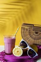 batido y vasos en verano foto