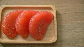 Pomelo rojo fresco o pomelo en la placa video