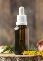 botella de suero y planta foto