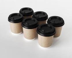 Disposición de tazas de café sobre fondo blanco. foto