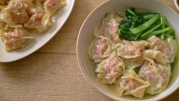 sopa de wonton de porco ou sopa de bolinhos de porco com vegetais