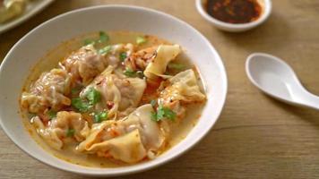 fläsk wonton soppa eller fläsk dumplings soppa med rostad chili video