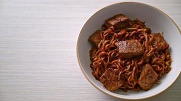 nouilles épicées aux haricots noirs coréens au bœuf video