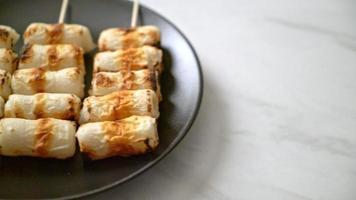 Bolo de pasta de peixe grelhado em forma de tubo ou espeto de lula em tubo