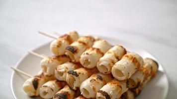 Pastel de pasta de pescado en forma de tubo a la parrilla o pincho de calamar en tubo video