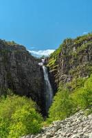 Vista de verano de la cascada njupeskar en Suecia foto
