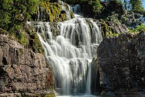 hermosa cascada de un río en suecia foto