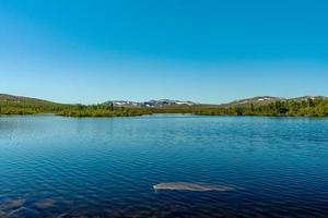 Vista de un lago en las tierras altas de Suecia foto