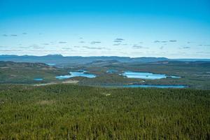 hermosa vista del paisaje desde las tierras altas suecas foto