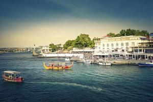 Paisaje urbano de turistas en un paseo marítimo en Sebastopol, Crimea foto