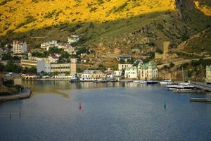 Edificios y barcos en puertos deportivos en la bahía de Balaklava en Balaklava, Crimea foto