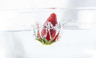 splash de fresa en el agua foto